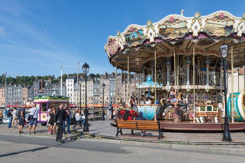 Λιμάνι της ιστορικής γαλλικής πόλης Honfleur με το ιπποδρόμιο για τα παιδιά στοκ εικόνες