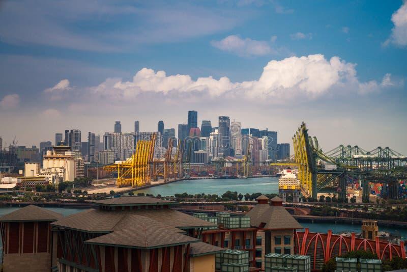 Λιμάνι της Σιγκαπούρης με την πόλη της Σιγκαπούρης στοκ εικόνα με δικαίωμα ελεύθερης χρήσης
