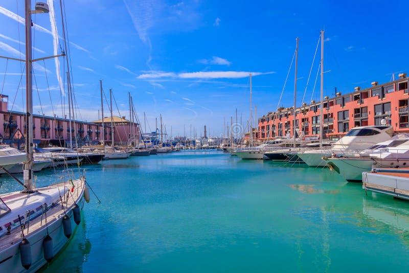 Λιμάνι του Πόρτο Antico λιμένων με τα γιοτ φάρων και πολυτέλειας στη Γένοβα, Ιταλία στοκ φωτογραφίες με δικαίωμα ελεύθερης χρήσης