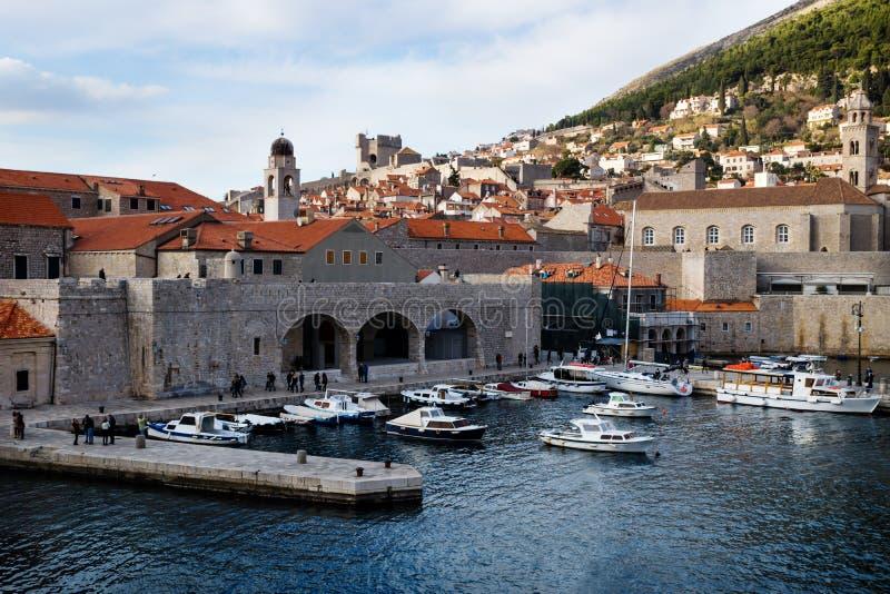 Λιμάνι Dubrovnik με τις βάρκες και την άποψη σχετικά με την αποβάθρα και του βουνού στο υπόβαθρο, Κροατία στοκ εικόνες με δικαίωμα ελεύθερης χρήσης