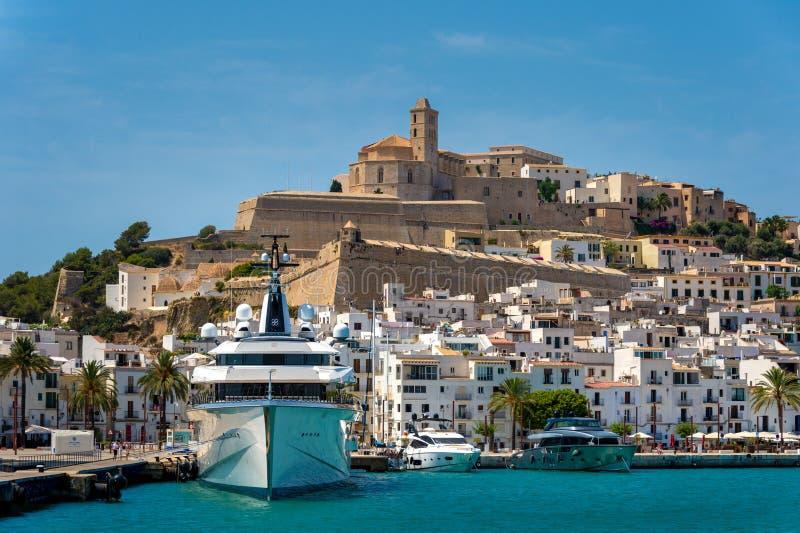 Λιμάνι Ibiza, γιοτ πολυτέλειας στοκ εικόνα