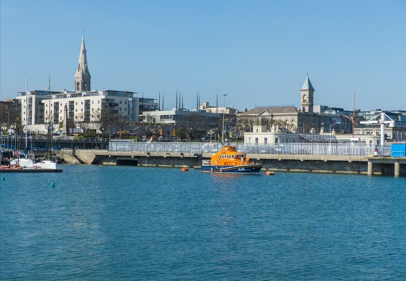 Λιμάνι Laoghaire Dun και Ρ ν Λ Ι ναυαγοσωστική λέμβος στην ακτή της κομητείας Wicklow στην Ιρλανδία σε ένα ήρεμο πρωί άνοιξη στοκ εικόνες με δικαίωμα ελεύθερης χρήσης