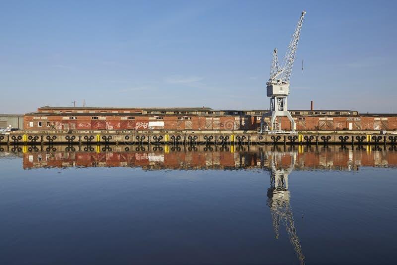 Λιμάνι Luebeck, γερανός και αυτό reflextion ` s στο νερό στοκ εικόνες