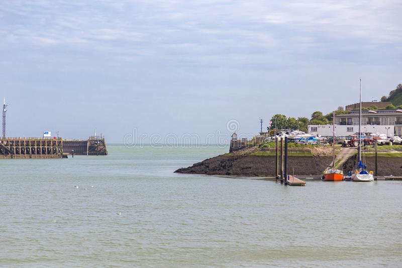 Λιμένας/λιμάνι του Νιού Χάβεν στις αρχές του καλοκαιριού μια νεφελώδη ημέρα στοκ φωτογραφίες με δικαίωμα ελεύθερης χρήσης