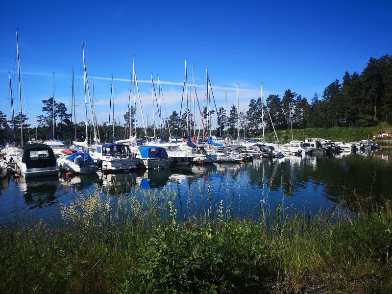 Λιμένας μικρών βαρκών στο σουηδικό αρχιπέλαγος στοκ φωτογραφίες με δικαίωμα ελεύθερης χρήσης