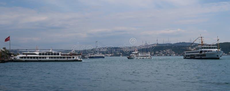 Λιμένας πορθμείων κοντά στη γέφυρα Bosphorus στη Ιστανμπούλ, Τουρκία στοκ εικόνα