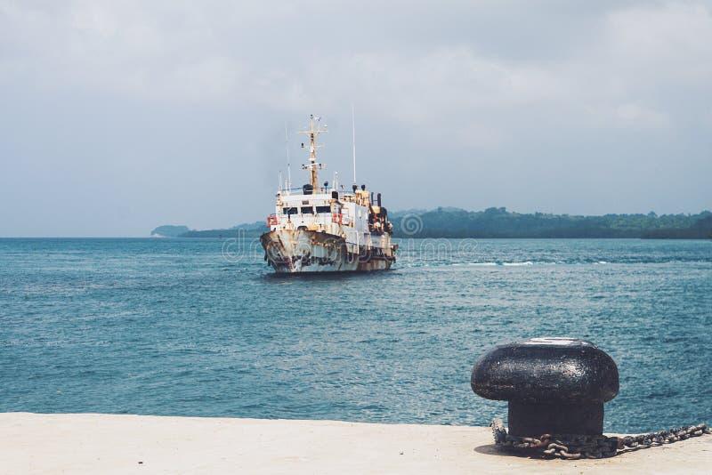 λιμένας της Γένοβας, παλαιά βάρκα για τη μεταφορά νερού, που εγκαταλείπεται στοκ εικόνα με δικαίωμα ελεύθερης χρήσης