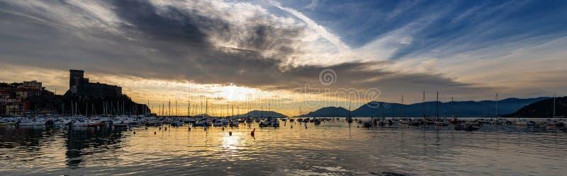 Λιμένας της πόλης Lerici στο ηλιοβασίλεμα - Λα Spezia Λιγυρία Ιταλία στοκ φωτογραφία με δικαίωμα ελεύθερης χρήσης