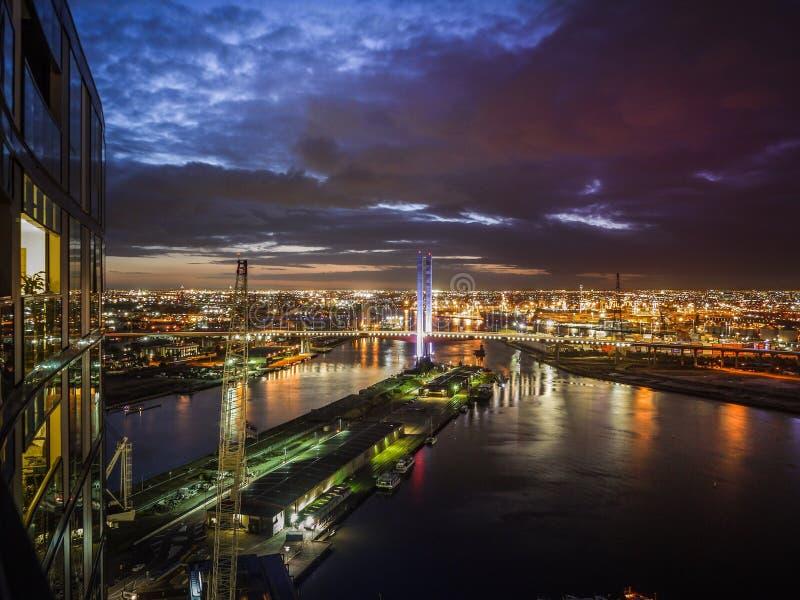 Λιμενική άποψη τη νύχτα από το μπαλκόνι της υψηλής πολυκατοικίας ανόδου Ανυψωμένη άποψη της εικονικής γέφυρας Bolte ορόσημων πέρα στοκ φωτογραφίες με δικαίωμα ελεύθερης χρήσης