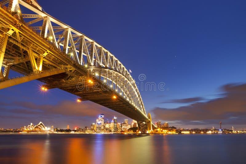 Download Λιμενική γέφυρα και ορίζοντας του Σίδνεϊ, Αυστραλία τη νύχτα Εκδοτική Εικόνες - εικόνα από φω, νύχτα: 62724541