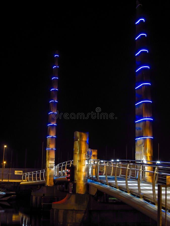 Λιμενική γέφυρα μαρινών Torquay, με τα μπλε και χρυσά φω'τα στοκ εικόνες