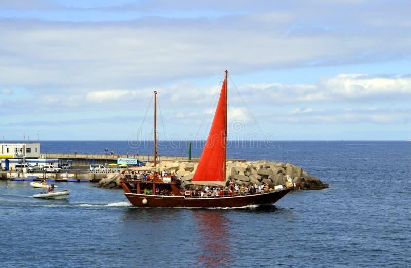 Λιμενικοί τουρίστες Torviscas σε έναν sailboat γύρο θάλασσας στοκ φωτογραφία