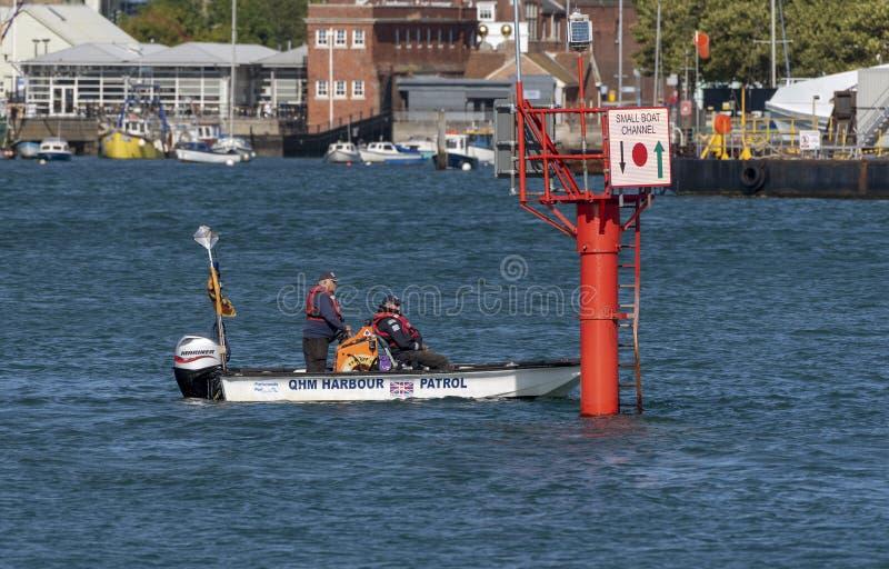 Λιμενικός κύριος που κατευθύνει τα σκάφη που εισάγουν το λιμάνι του Πόρτσμουθ, UK στοκ εικόνα