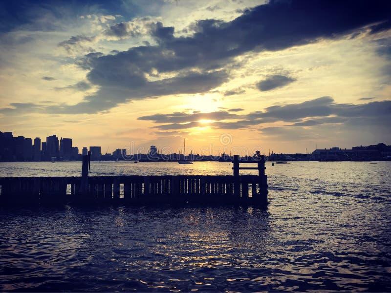 Λιμενικός ορίζοντας της Βοστώνης στο ηλιοβασίλεμα στοκ εικόνες με δικαίωμα ελεύθερης χρήσης
