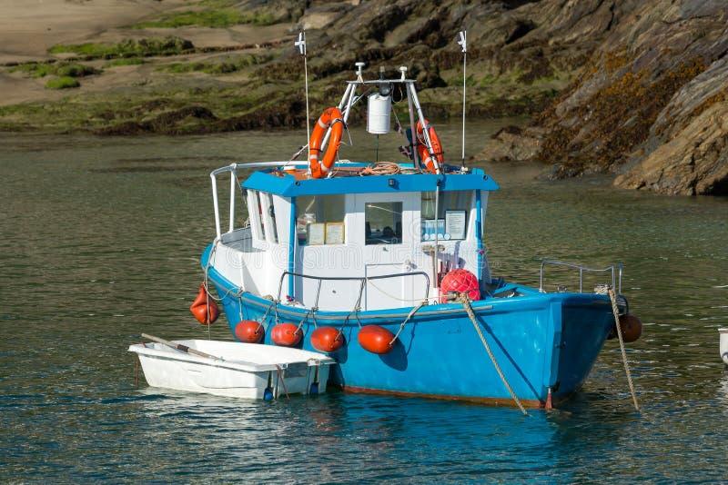 Λιμενικό μπλε αλιευτικό σκάφος Newquay στην πρόσδεση στην Κορνουάλλη στοκ εικόνα με δικαίωμα ελεύθερης χρήσης