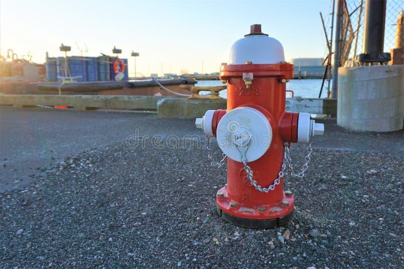 Λιμενικό στόμιο υδροληψίας πυρκαγιάς με τα εμπορευματοκιβώτια καυσίμων στοκ φωτογραφία με δικαίωμα ελεύθερης χρήσης
