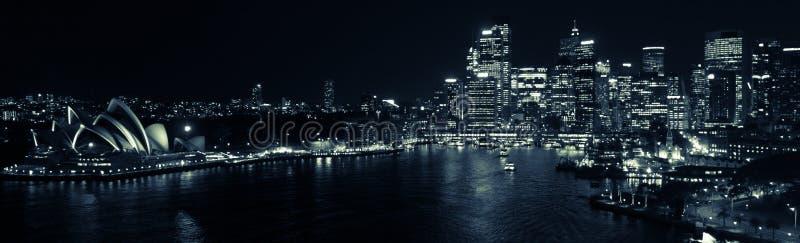 Λιμενικό τή νύχτα πανόραμα του Σίδνεϊ σε γραπτό στοκ φωτογραφία