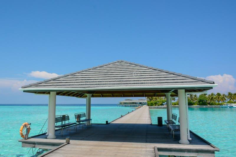 Λιμενοβραχίονας άφιξης με μια στέγη στο τροπικό νησί στοκ φωτογραφία με δικαίωμα ελεύθερης χρήσης