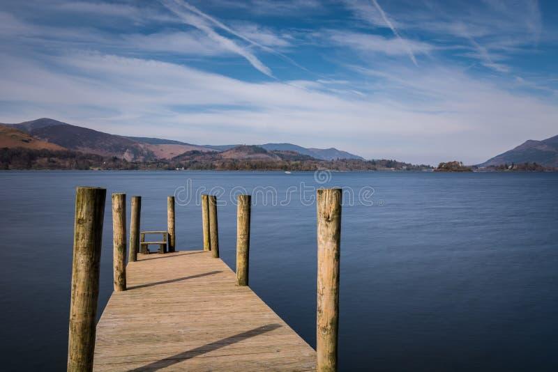 Λιμενοβραχίονας αποβαθρών Ashness στη λίμνη Derwentwater σε Cumbria σε ένα ηλιόλουστο απόγευμα στοκ εικόνες με δικαίωμα ελεύθερης χρήσης