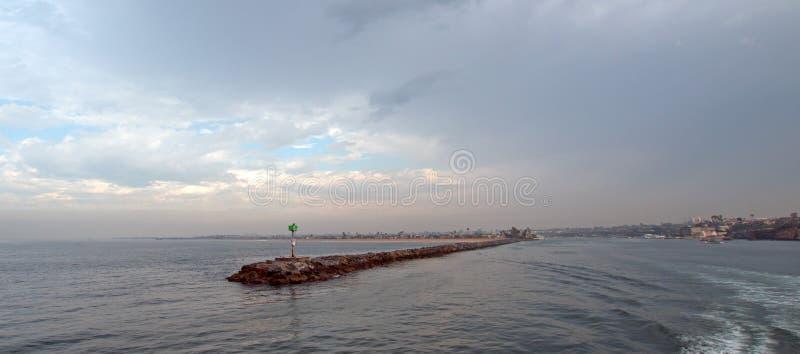 Λιμενοβραχίονας κυματοθραυστών Newport Beach σε νότια Καλιφόρνια ΗΠΑ στοκ εικόνες