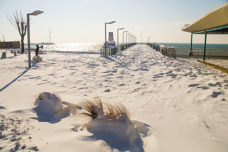 Λιμενοβραχίονας σε έναν χιονισμένο περίπατο Pomorie στη Βουλγαρία, χειμώνας στοκ εικόνα με δικαίωμα ελεύθερης χρήσης