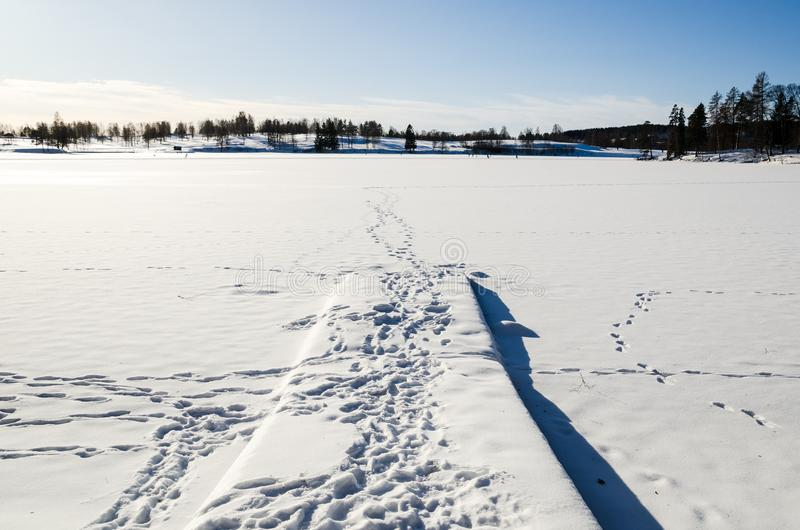 Λιμενοβραχίονας σε μια παγωμένη λίμνη που καλύπτεται από το χιόνι σε Bogstadvannet Όσλο Νορβηγία στοκ εικόνες