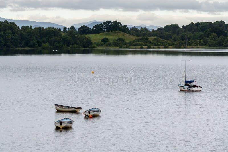 ΛΙΜΝΗ INSH, BADENOCH ΚΑΙ STRATHSPEY/SCOTLAND - 25 ΑΥΓΟΎΣΤΟΥ: Βάρκες στοκ φωτογραφίες με δικαίωμα ελεύθερης χρήσης
