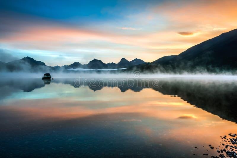 ΛΙΜΝΗ MCDONALD, MONTANA/USA - 21 ΣΕΠΤΕΜΒΡΊΟΥ: Βάρκες που δένονται στη λίμνη στοκ εικόνα με δικαίωμα ελεύθερης χρήσης