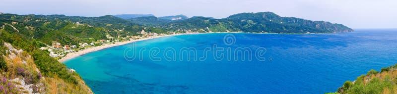 Λιμνοθάλασσα και υψηλοί απότομοι βράχοι κοντά στα επιβαρύνσεις Γεώργιος, Κέρκυρα, Ελλάδα στοκ εικόνα με δικαίωμα ελεύθερης χρήσης