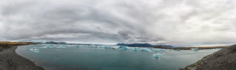 Λιμνοθάλασσα παγετώνων Jokulsarlon στην Ισλανδία Νεφελώδεις ουρανός, επιπλέων πάγος και παγόβουνα πανόραμα στοκ φωτογραφία με δικαίωμα ελεύθερης χρήσης