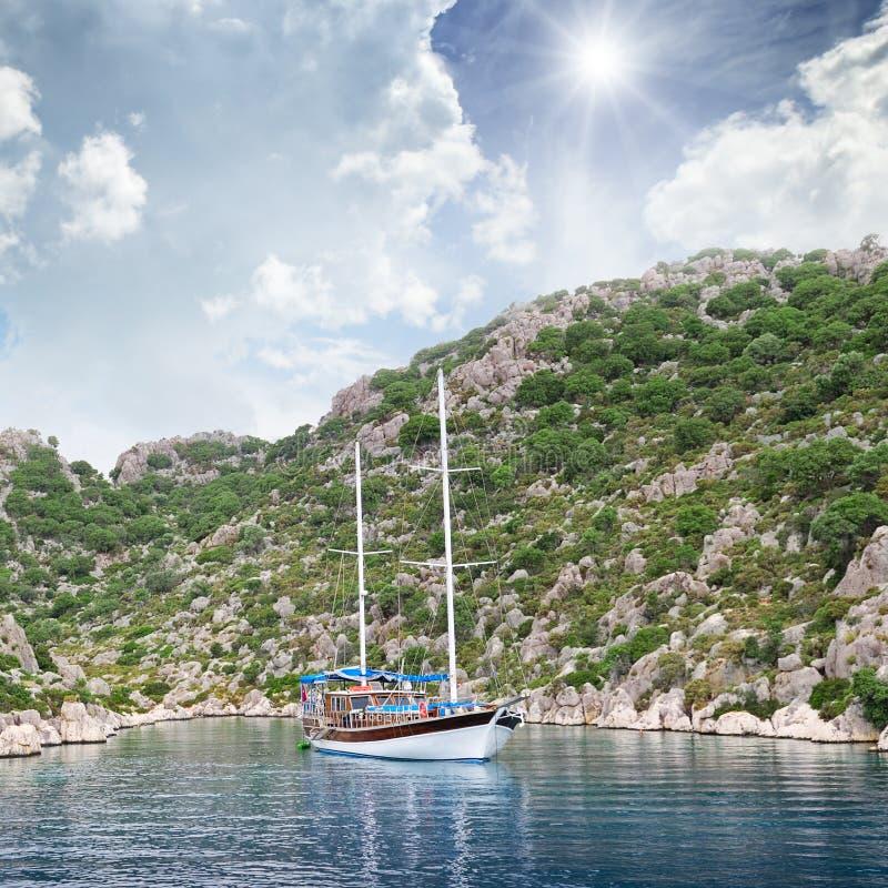 Λιμνοθάλασσα, πλέοντας σκάφος και ορεινός στοκ εικόνα