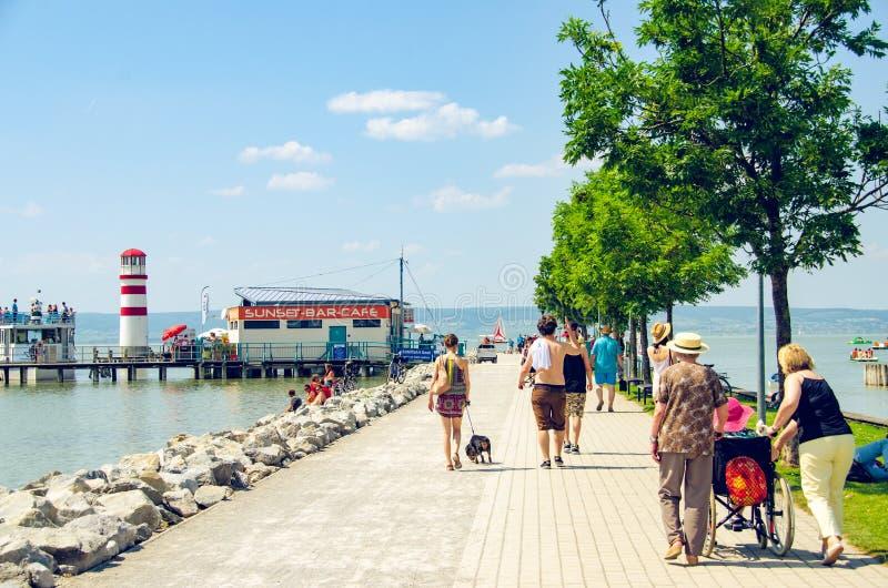 Λιμνών πόλης σύνολο τουριστών Neusiedler Podersdorf πολυάσχολο των τουριστών στοκ φωτογραφία με δικαίωμα ελεύθερης χρήσης