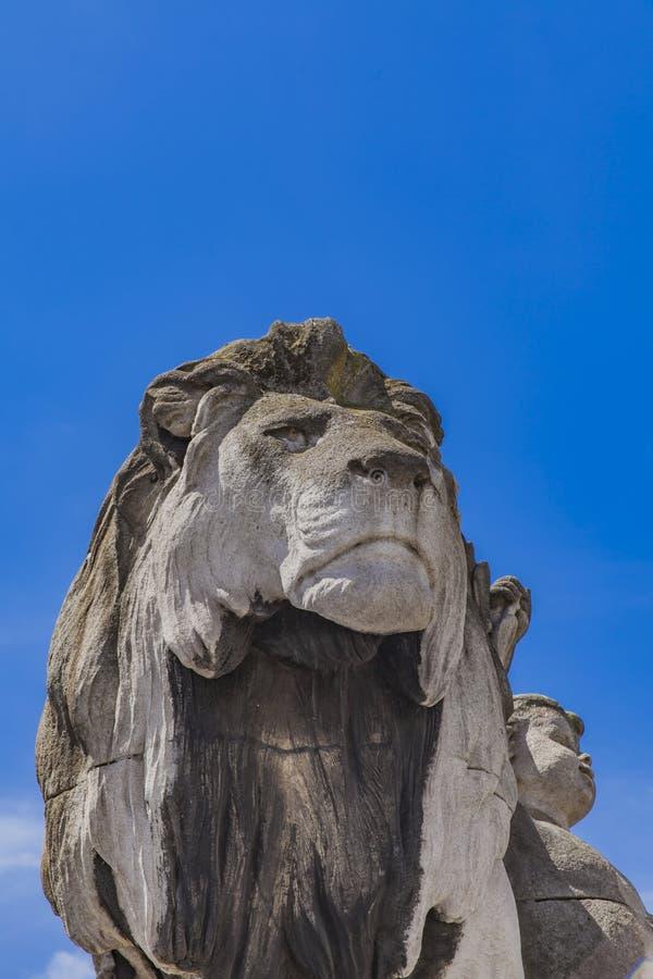 Λιοντάρι αγαλμάτων ένα λ ` enfant σε Pont Alexandre ΙΙΙ στο Παρίσι στοκ εικόνα με δικαίωμα ελεύθερης χρήσης