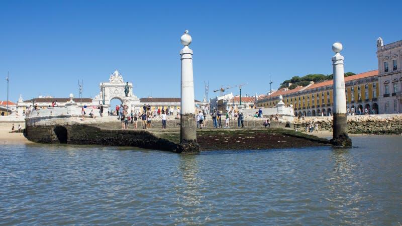 Λισσαβώνα κεντρικός: Cais DAS Colunas, Terreiro do Paço (εμπορικό τετράγωνο) και άγαλμα του βασιλιά Δ José στοκ φωτογραφίες