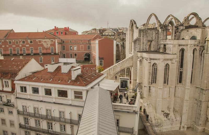 Λισσαβώνα, Πορτογαλία, Ευρώπη - τα σπίτια της παλαιάς πόλης που βλέπει από τον ανελκυστήρα Santa Justa στοκ φωτογραφία