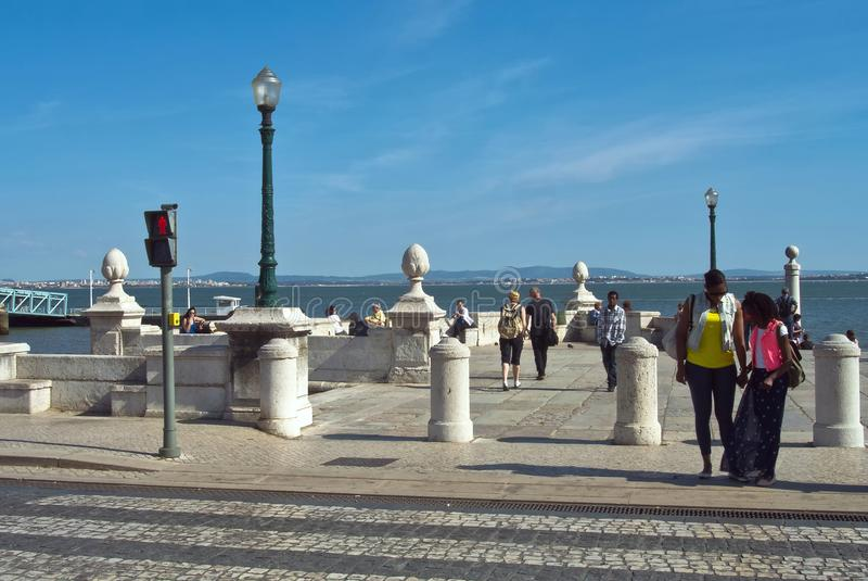 Λισσαβώνα, Πορτογαλία - 4 Μαΐου 2013 Ανάχωμα ποταμών Taxo στο Cais DAS Colunas με το περπάτημα ανδρών και γυναικών στοκ εικόνες