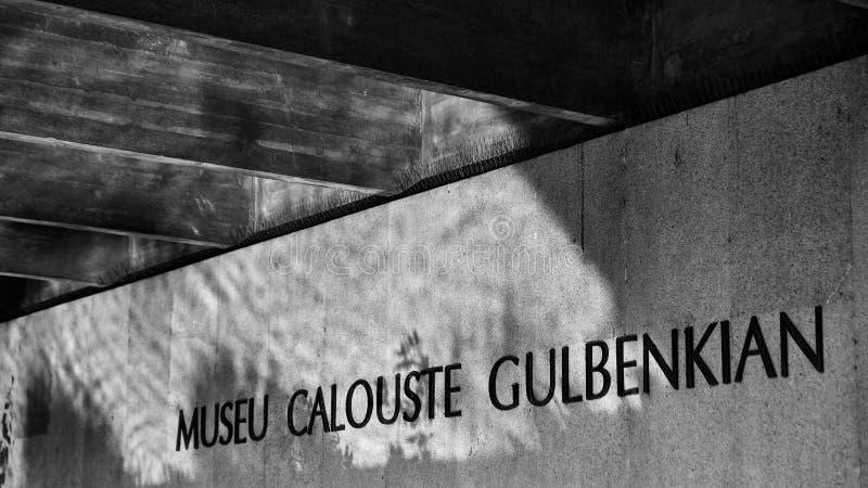 Λισσαβώνα, Πορτογαλία - τον Ιανουάριο του 2018 Πάρκο και κήπος Gulbenkian Η είσοδος στο μουσείο φωτίζεται από την αντανάκλαση από στοκ φωτογραφία με δικαίωμα ελεύθερης χρήσης