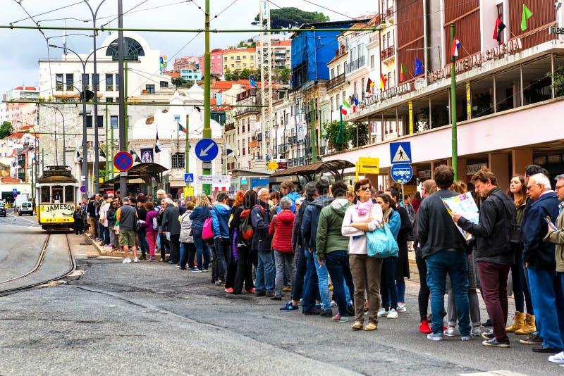 Λισσαβώνα, Πορτογαλία - 05 06 2016: άνθρωποι που στέκονται στη σειρά αναμονής αναμονής στοκ εικόνες με δικαίωμα ελεύθερης χρήσης