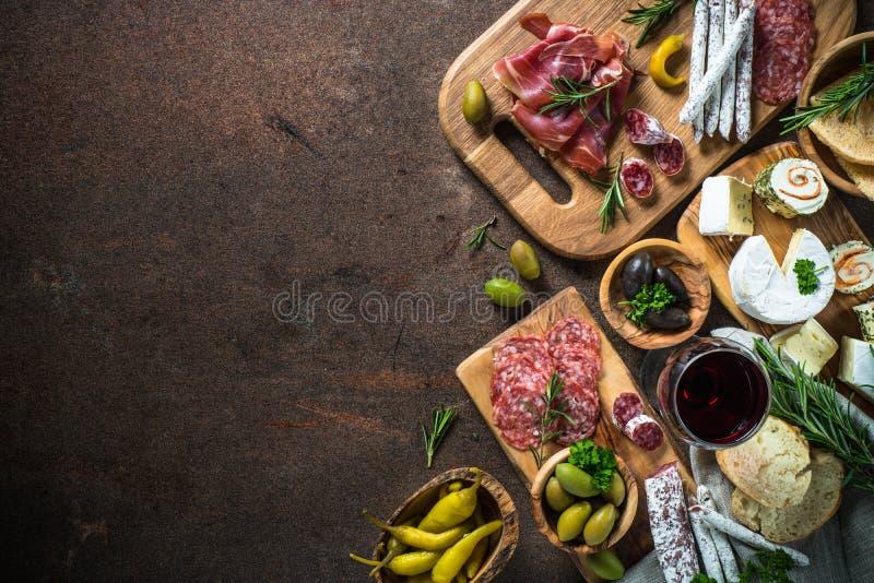Λιχουδιές Antipasto - κρέας, τυρί, ελιές και κρασί στην πέτρα στοκ εικόνες