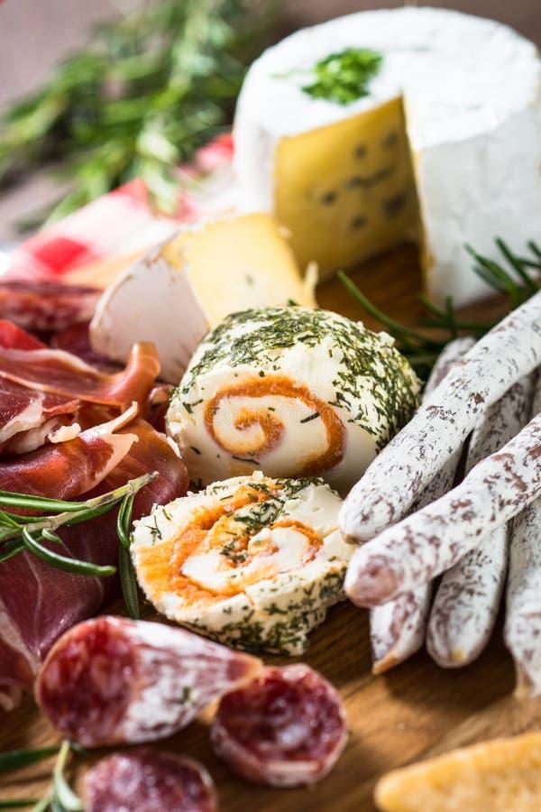 Λιχουδιές Antipasto - κρέας, τυρί, ελιές και κρασί στην πέτρα στοκ φωτογραφία με δικαίωμα ελεύθερης χρήσης
