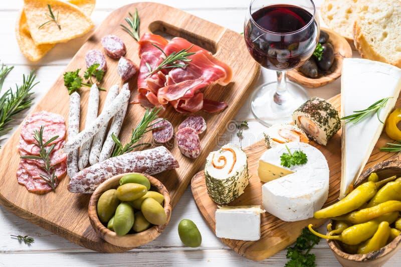 Λιχουδιές Antipasto - κρέας, τυρί και κρασί στοκ εικόνα