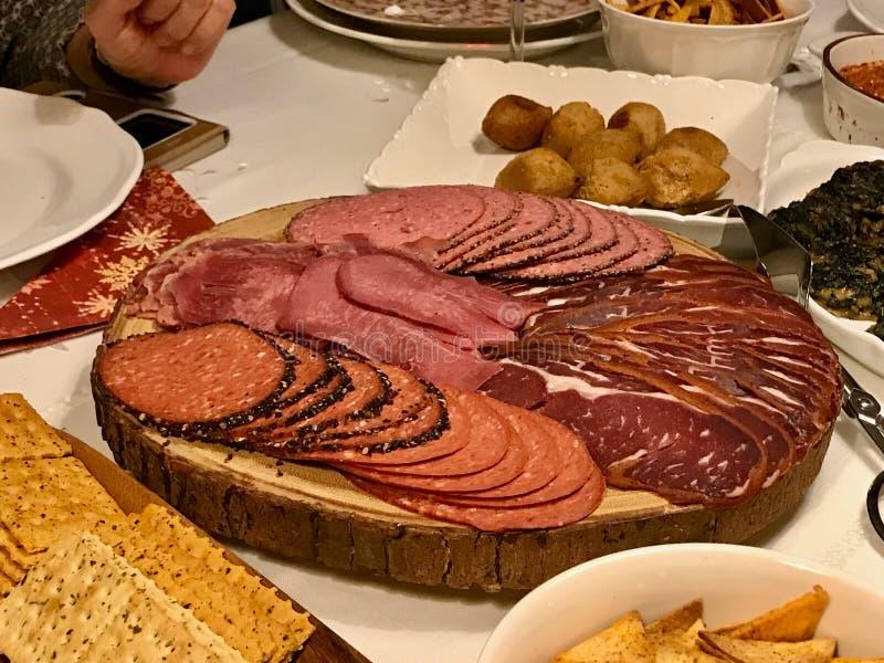 Λιχουδιές Antipasto - τεμαχισμένες κρέας, ζαμπόν, σαλάμι, pastrami/pastirma και φέτες γλωσσών βόειου κρέατος στον ξύλινο πίνακα στοκ φωτογραφίες