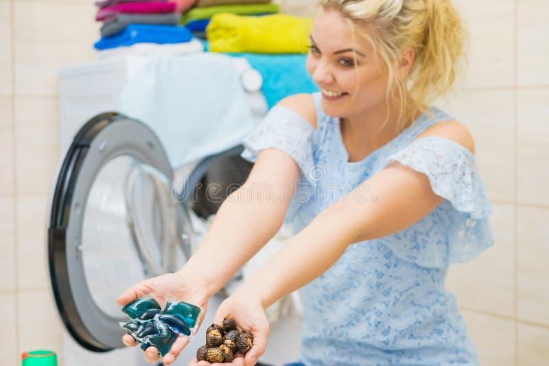 Λοβοί πλυντηρίων εκμετάλλευσης γυναικών και καρύδια πλύσης στοκ φωτογραφία με δικαίωμα ελεύθερης χρήσης
