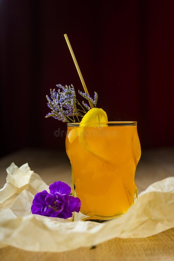 Λογαριασμένο ποτήρι του κίτρινου χυμού φρούτων με μια φέτα του λεμονιού, ένα gre στοκ εικόνα με δικαίωμα ελεύθερης χρήσης