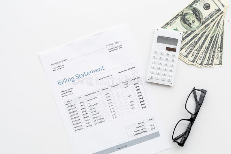 Λογαριασμοί αμοιβής και φόροι Δήλωση τιμολόγησης, υπολογιστής, χρήματα στο άσπρο διάστημα αντιγράφων άποψης υποβάθρου τοπ στοκ εικόνες