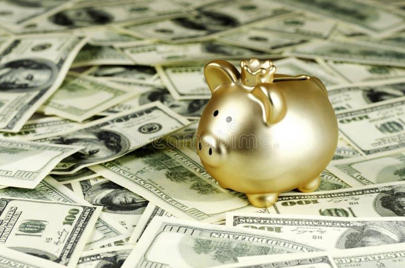 Λογαριασμοί εκατό δολαρίων και μια piggy τράπεζα στοκ εικόνα με δικαίωμα ελεύθερης χρήσης