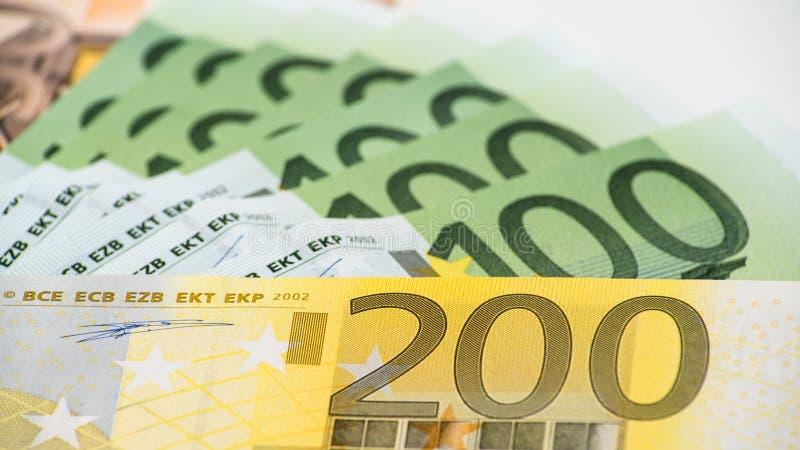 Λογαριασμοί ευρώ των διαφορετικών τιμών Ευρο- λογαριασμός διακόσιων στοκ φωτογραφία