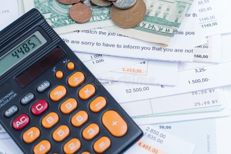 Λογαριασμοί υποθηκών και χρησιμότητας, νομίσματα και τραπεζογραμμάτια, υπολογιστής στοκ φωτογραφίες