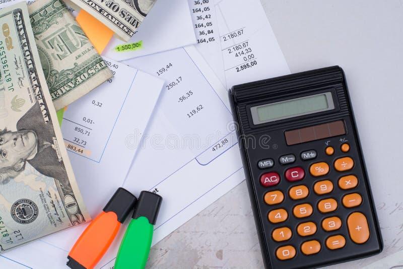 Λογαριασμοί χρησιμότητας ή υποθηκών, υπολογιστής και αμερικανικά δολάρια - χρηματοδότηση γ στοκ φωτογραφία