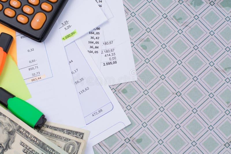 Λογαριασμοί χρησιμότητας ή υποθηκών, υπολογιστής και αμερικανικά δολάρια - χρηματοδότηση γ στοκ εικόνες
